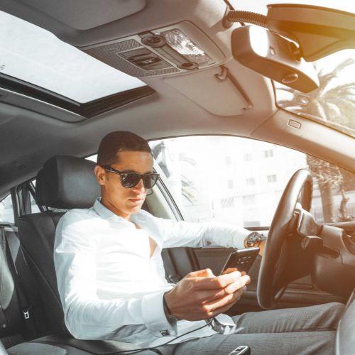 Mężczyzna kierujący luksusowy samochód